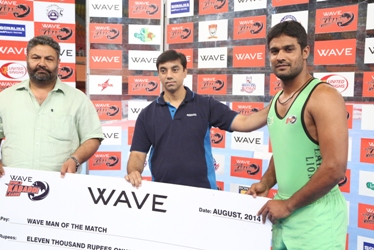 Akmal Dogar receiving his Man of the Match