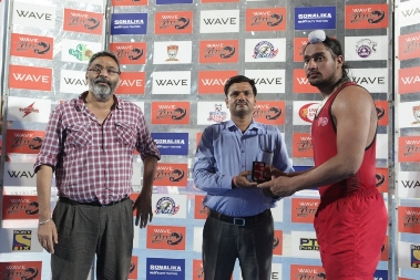 WKL - Jasmanpreet Singh receving the Sonalika Raid of The Day award