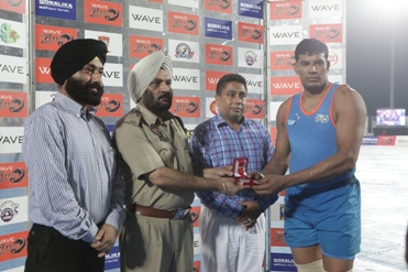 Virender of California Eagles recieving Best Stopper of the match