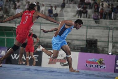 Satnam Singh Sattu of Khalsa Warriors trying to stop Harjeet Singh of California Eagles