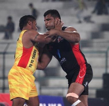 Rana Alishan trying to stop Manminder Singh Sran of Yo Yo Tigers