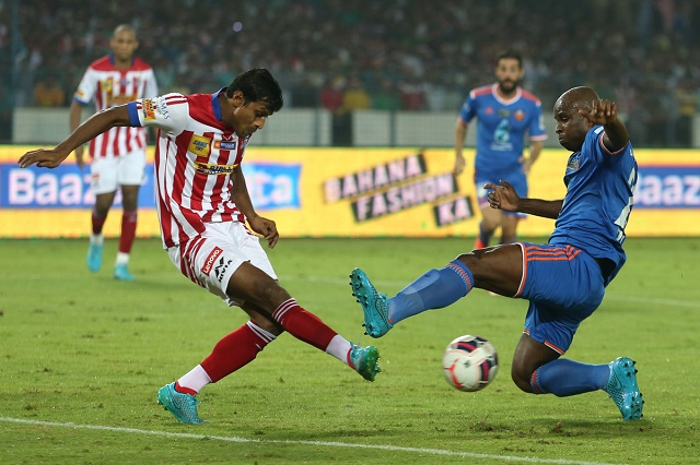 Arnab Mondal of Altetico de Kolkata and Dudu of FC Goa battle it out for the ball