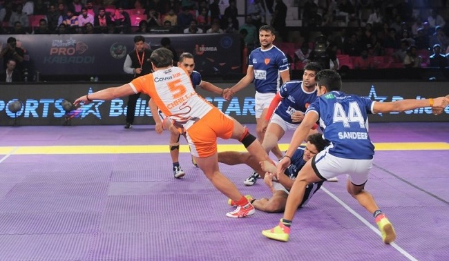 Manjeet Chhillar being grabbed by the ankle by rival Anil Kumar
