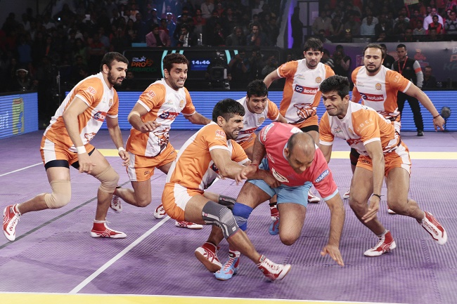 Jasvir Singh is surrounded by defenders of the Puneri Paltan as he attempts to garner a point for the Jaipur Pink Panthers in match 39 of the Star Sports Pro Kabaddi season 3 in Jaipur