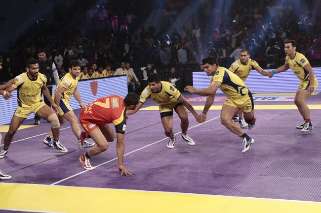 Deepak Rathi being challenged by the midfield chain of Manoj Kumar and Rohit Kumar Baliyan of the Telugu Titans in match 38 of the Star Sports Pro Kabaddi season 3 in Jaipur