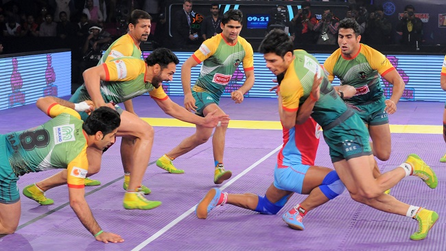 Rajesh Narwal is stopped in his tracks by rival defender Rohit Kumar of the Patna Pirates in match 42 of the Star Sports Pro Kabaddi season 3 in jaipur