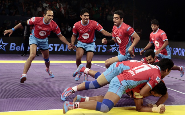 Rishank Devadiga is toppled over by Ran Singh and the other Jaipur Pink Panthers defensers in match 50 of the Star Sports Pro Kabaddi season 3 in Mumbai