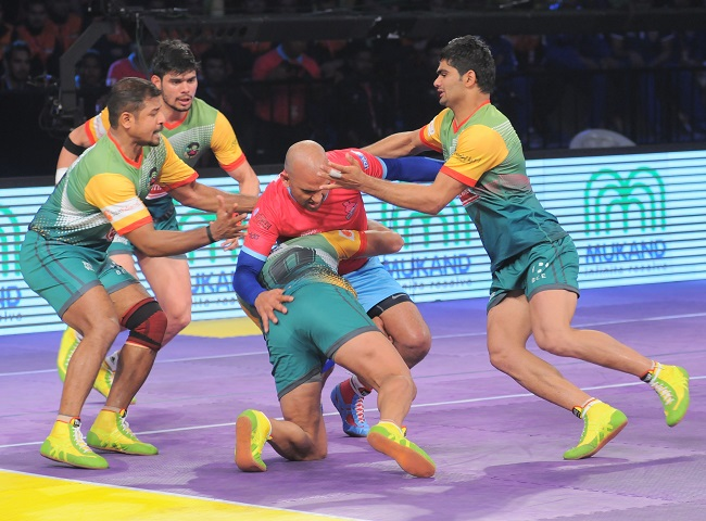 Hadi Oshtorak, the Iranian of Patna Pirates uses his head to block rival raider Jasveer Singh as Pradeep Narwal and D Suresh Kumar run to his aid, on day 3 of the Star Sports Pro Kabaddi season 3