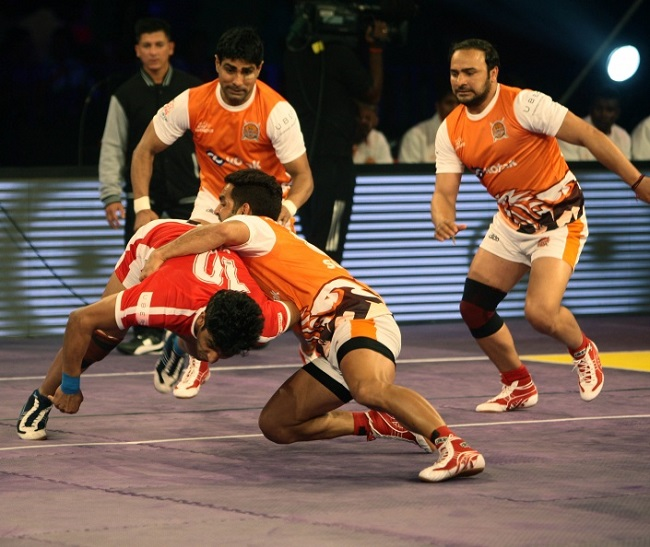 Surjeet of the Puneri Paltan who made a big impact is seen here single handedly bringing down Rohit Choudhary, the tall well built raider of Dabang Delhi KC