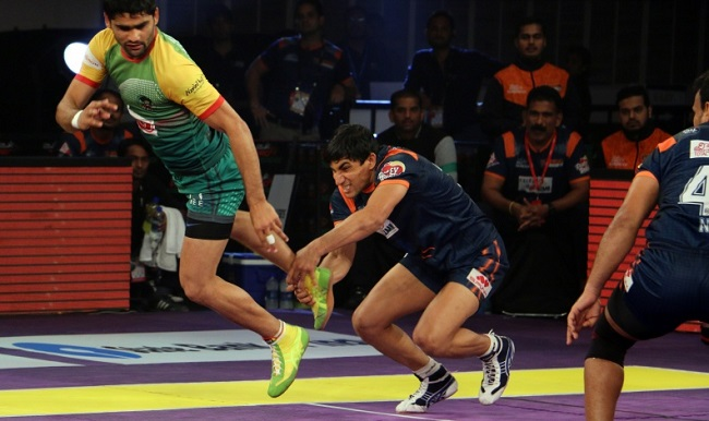 Pradeep Narwal of the Patna Pirates escapes from the clutches of rival Nitin Tomar of the Bengal Warriors in Match 19 of the Star Sports Pro Kabaddi season 3 in Kolkata