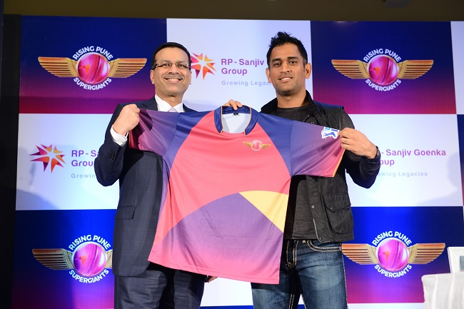 Sanjiv Goenka, Owner, Rising Pune SuperGiants and Captain MS Dhoni unveil the Team Jersey