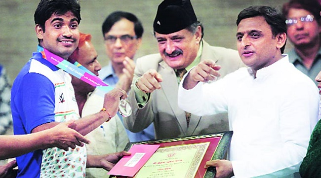 Akhilesh Yadav giving the cash award for the medal winners