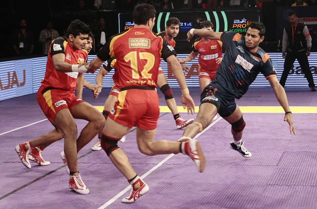 Mahesh Goud of the Bengal Warriors stretching his long legs for a toe touch on Shrikant Tewthia in match 53 of the Star Sports Pro Kabaddi season 3 in Mumbai