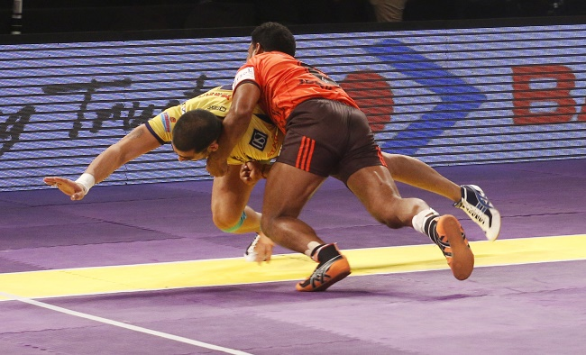 U Mumba defender Jeeva Kumars efforts to dash tackle Rahul Chaudhari go in vain as the Telugu Titans captain just about manages to cross the midline in match 54 of the Star Sports Pro Kabaddi season 3