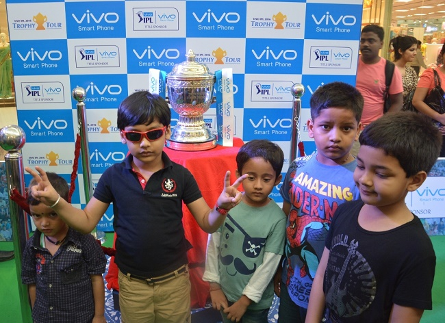 Kolkata left spellbound by the VIVO IPL 2016 Trophy