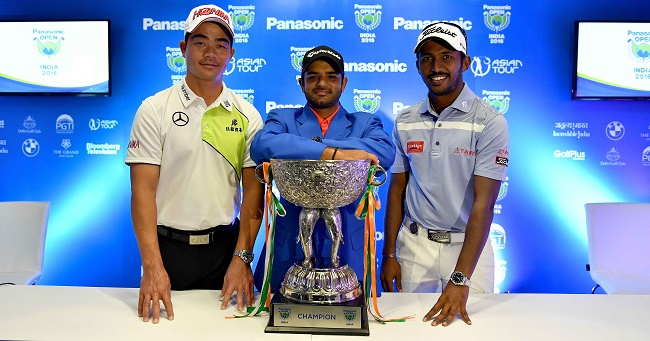 Defending champion Chiragh Kumar (c) and Chikkarangappa with the Panasonic Open trophy