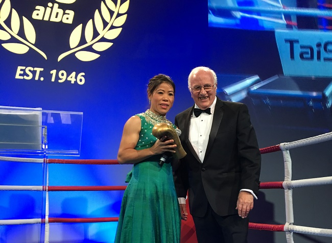 Mary Kom receiving the AIBA Legends award