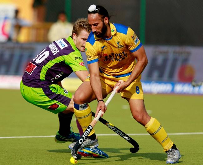 Jaypee Punjab Warriors captain Sardar Singh in action