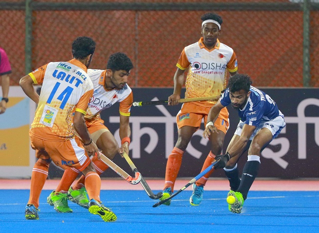 Dabang Mumbai avenged their bitter loss to Kalinga Lancers in their home game with a sensational 5-2 win.