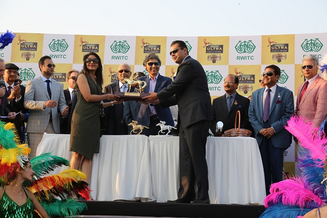 The winners of Indian Derby 2017 recieving the trophy from Mr. Shekhar Ramamurthy, MD- United Breweries Limited.