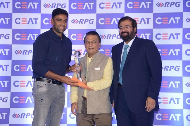 Left to Right - R Ashwin, Sunil Gavaskar, Harsh Goenka (Chairman, RPG Enterprises) at CEAT Cricket Rating Awards 2017 in Mumbai