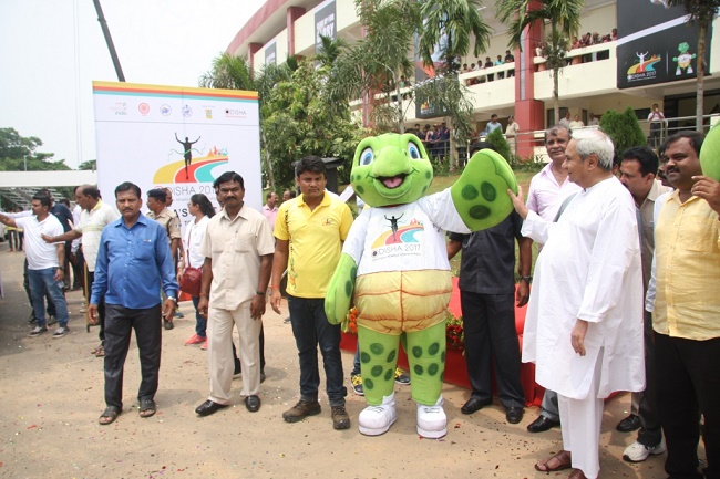 Honourable Chief Minister, Shri Naveen Patnaik with Olly, the official mascot of 22nd Asian Athletics Championships 2017