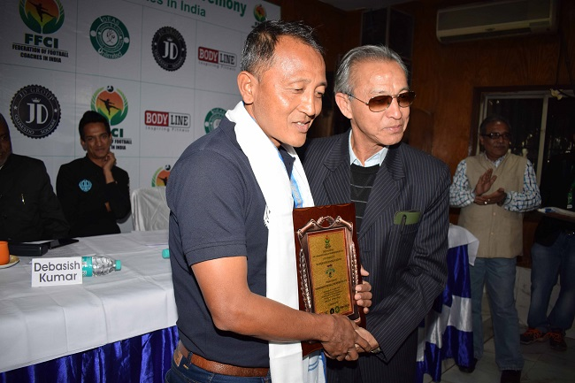 Shyam Thapa giving away the I-League , Head Coach of the Month to Wangkhem Khogen Singh
